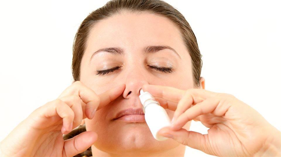 Bilde av en dame som bruker nesespray